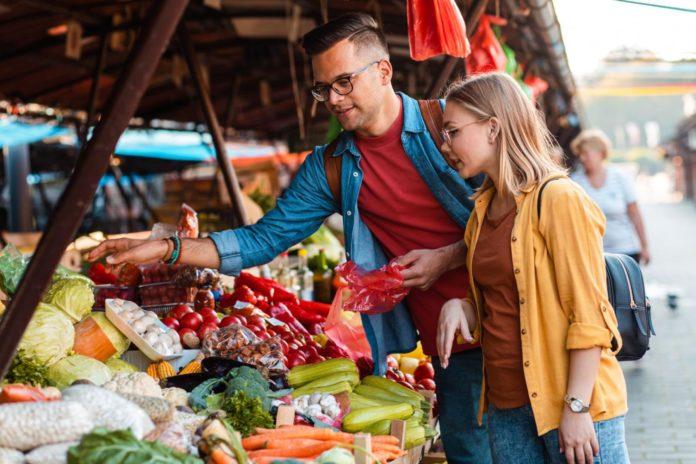 Auf lokalen Märkten bekommen Reisende meist die besten und nachhaltigsten Lebensmittel.