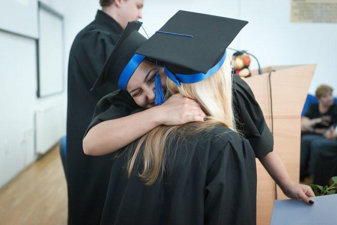 Zwei Frauen freuen sich über ihre Graduierung