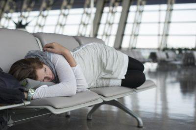 Schlafende Frau Flughafen